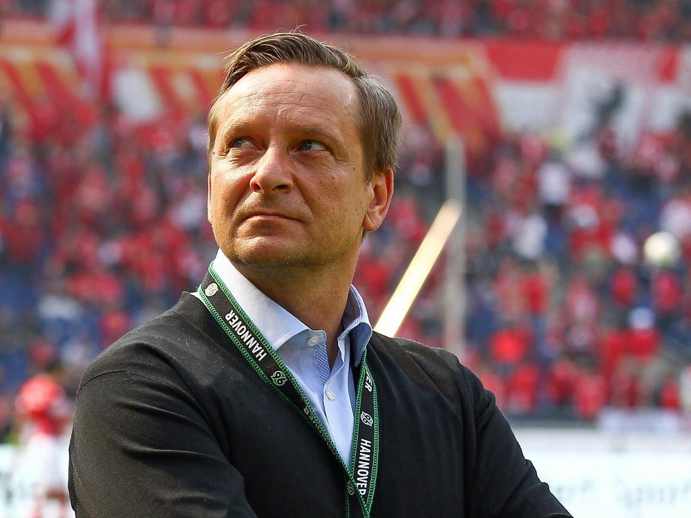Horst Heldt geht von Hannovers direktem Aufstieg aus (Photo by FIRO/FIRO/SID/)