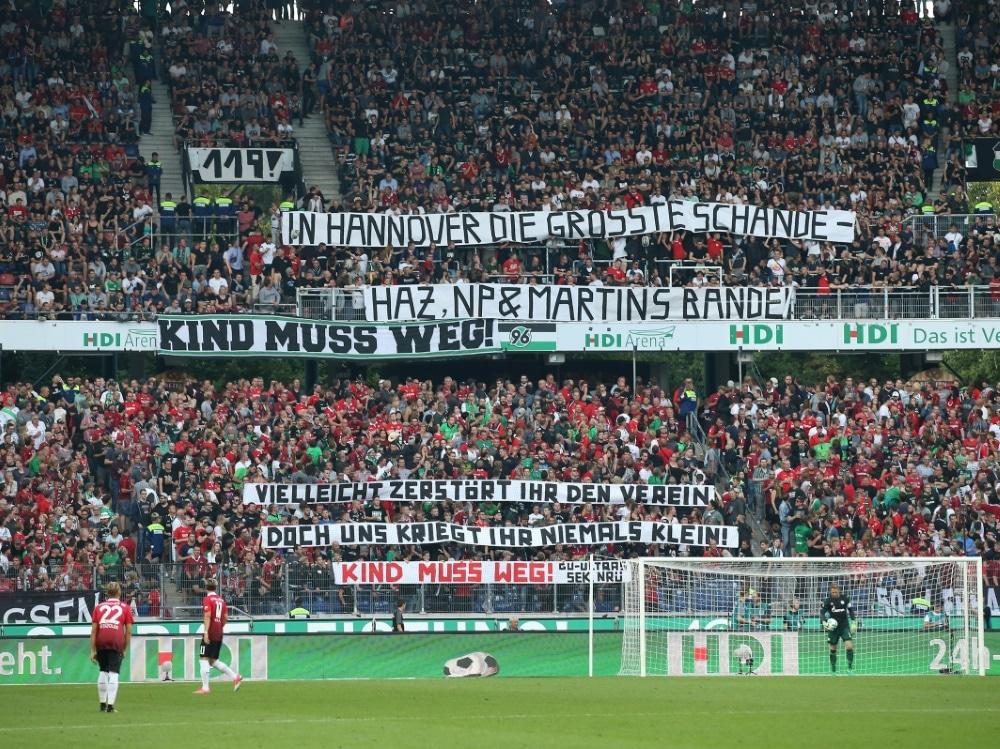 96-Fans fordern weiter das Aus von Kind (Photo by firo Sportphoto/firo Sportphoto/SID/)
