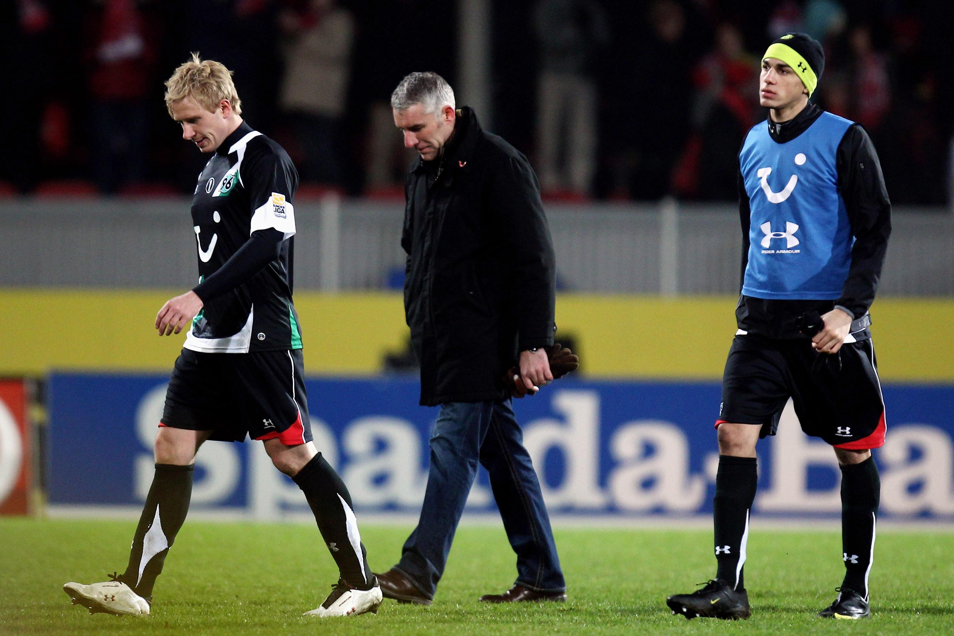 Leon Balogun (rechts, mit Mike Hanke und Mirko Slomka) machte seine ersten Schritte 2008-2010 bei Hannover 96. Mittlerweile ist er Nationalspieler für Nigeria.