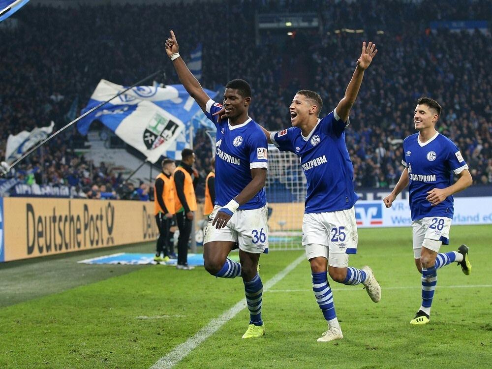 Breel Embolo (l.) erzielt das 2:1 für die Königsblauen (Photo by FIRO/FIRO/SID/)