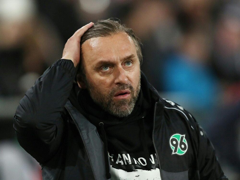 Bundesliga: 96-Trainer Doll muss auf Bazee verzichten (Photo by FIRO/FIRO/SID/)