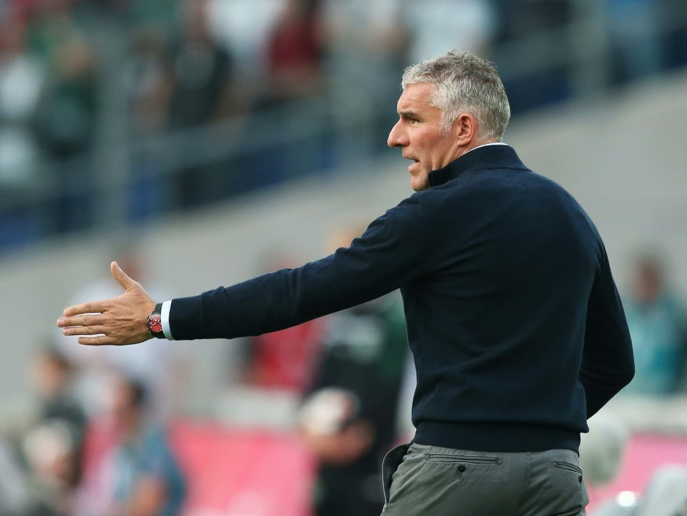 Mirko Slomka beklagt fehlendes Spielglück (Photo by AFP/SID/RONNY HARTMANN)