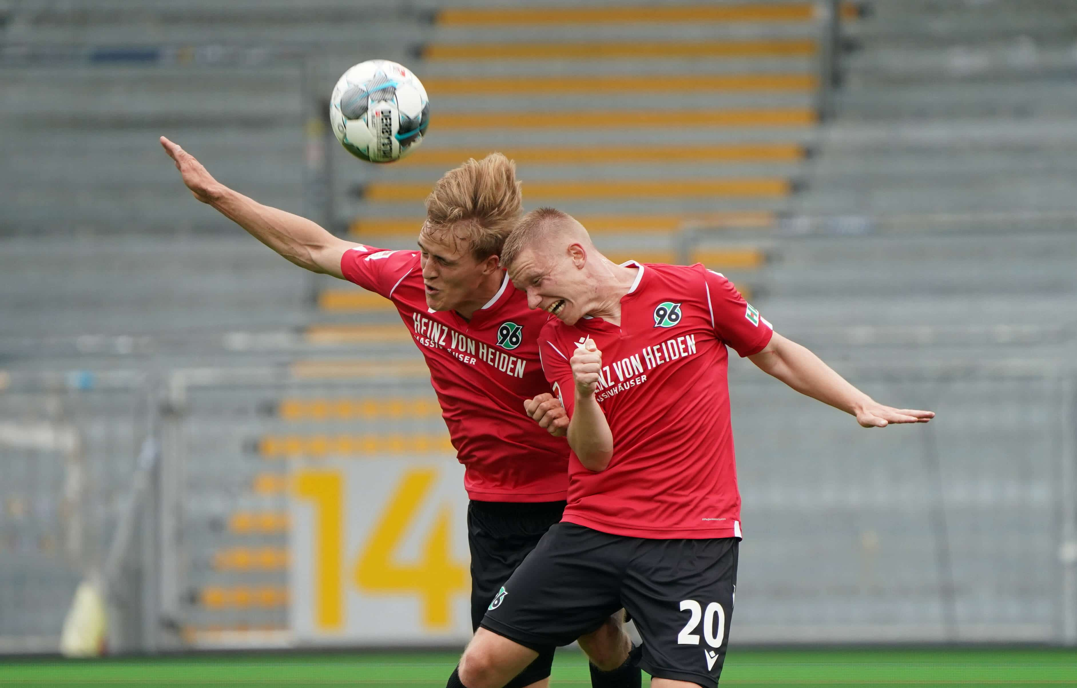 Timo Hübers (Hannover 96) und Philipp Ochs (Hannover 96) behindern sich beim Kopfball gegenseitig – 14.06.2020: Fussbal