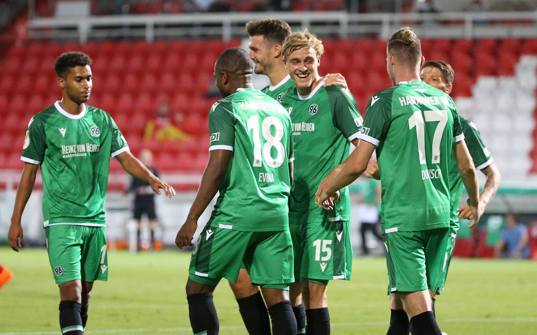 Spieler von Hannover 96 mit Torjubel, celebrate the goal, goal celebration, Jubel über das Tor zum 0:3 durch Timo Hüber