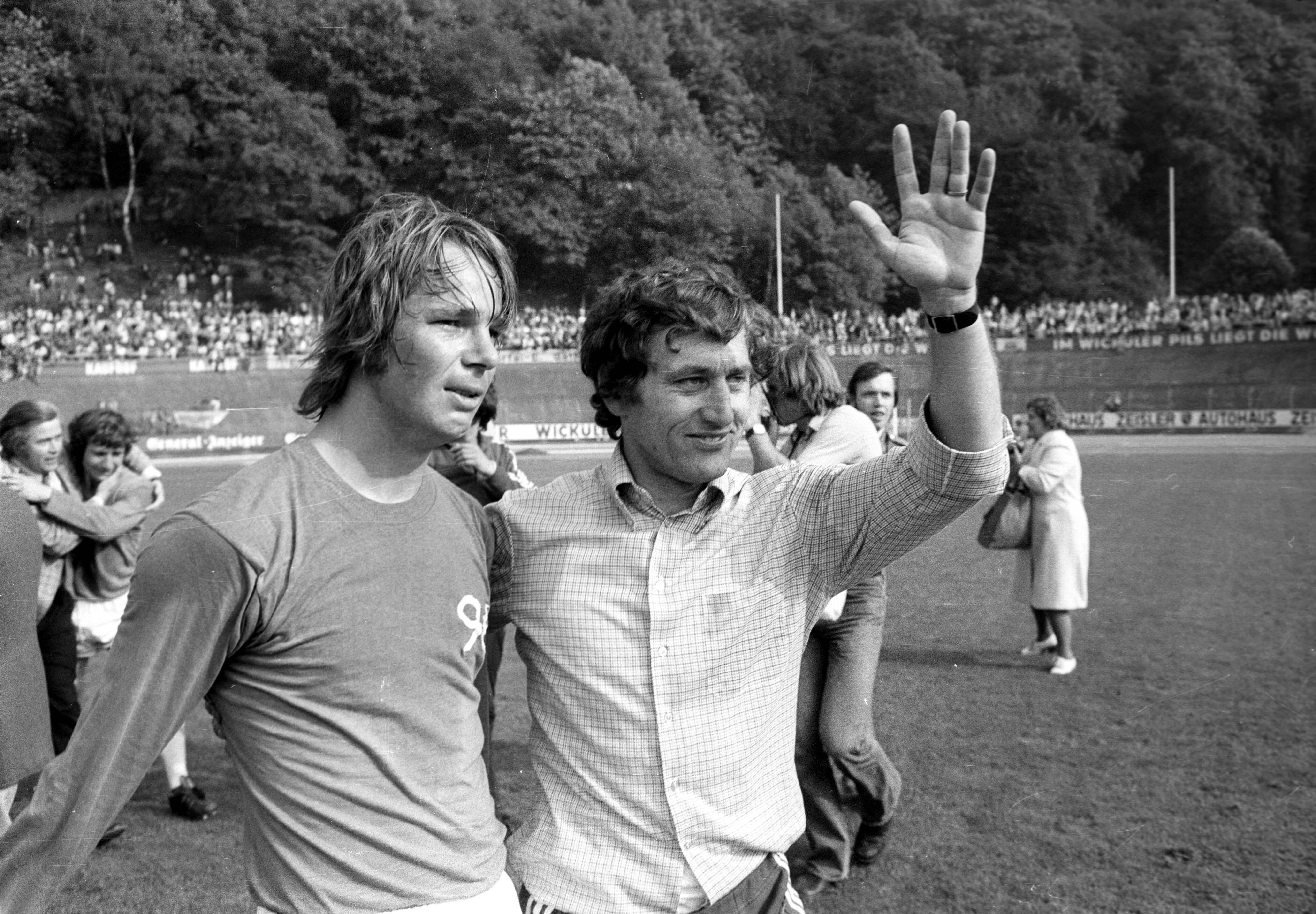 Schlussjubel Hannover 96 nach Sicherung des Klassenerhalts Peter Anders und Trainer Hannes Baldauf